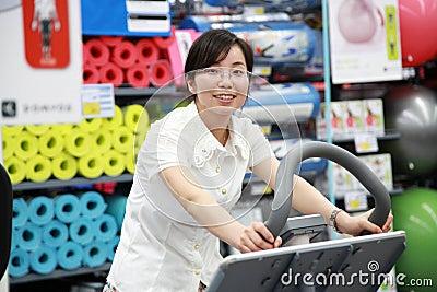 解决在健身房的女孩