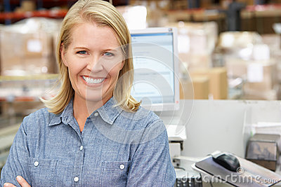 计算机终端的妇女在配给物仓库里