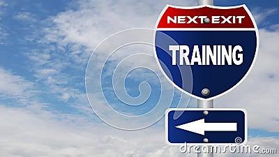 训练与流动的云彩的路标