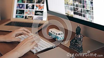 设计在有Wireframe和计算机的木书桌