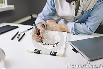 设计师在工作在办公室 在笔记本的人图画.图片