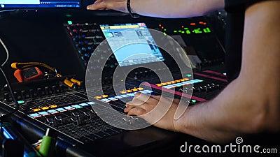 夜总会混音台男Dj调节控制 DJ混音器播放器 声音控制台上的DJ 专业 影视素材