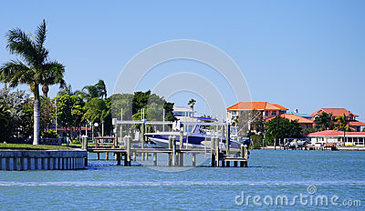 a别墅海滨别墅全景在坦帕湾,佛罗里达.家用多别墅电梯尺寸需要小大图片
