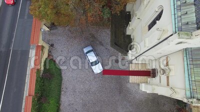 豪车停在布拉格的天主教堂 股票录像