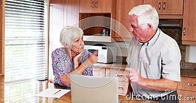 资深夫妇争论互相在厨房里 影视素材