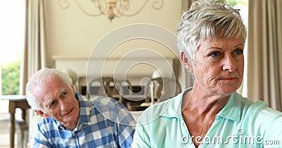 资深夫妇争论互相在客厅 股票视频