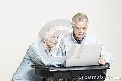 资深夫妇看有关的票据