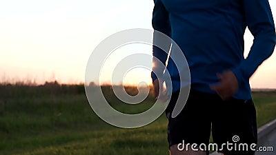 赛跑者特写镜头的运动员的身体,当跑步时 股票录像