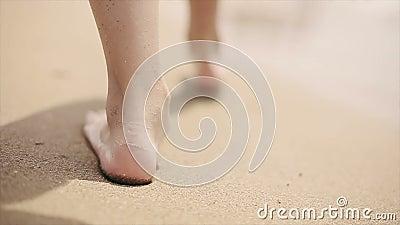 赤足走在沿海的海滩沙子的女孩 慢的行动
