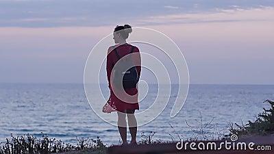 走在海滨的少妇在黄昏 股票视频