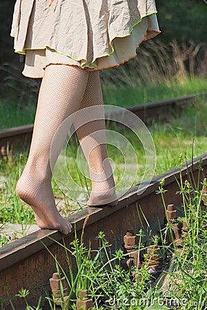 少妇岀轨-淫乱_走在路轨的少妇的腿