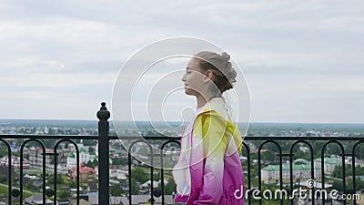 赶紧快速地去在伪造的篱芭的距离的步行道和城市的女孩少年 走在城市的仓促女孩 股票录像