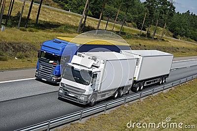 超越卡车的高速公路