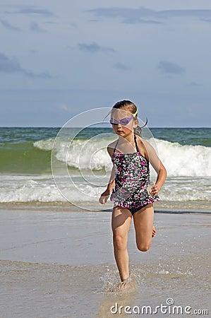 跑在海浪的孩子。