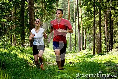 跑步在森林里