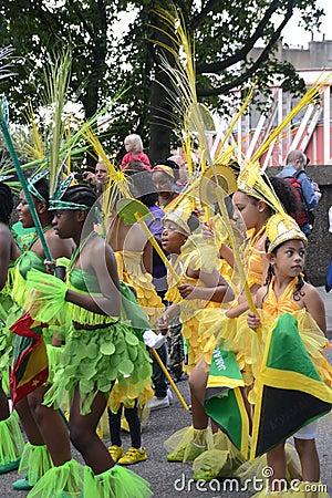 跳舞在Notting Hill狂欢节的组孩子 编辑类库存照片