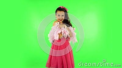 跳舞的女孩,诱人的微笑,摆着粉色的羽毛 绿屏 影视素材