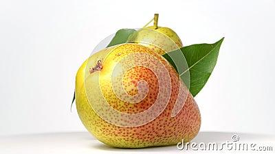 转动在白色的梨