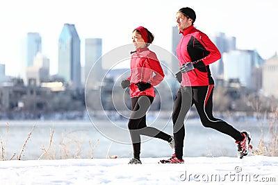 运行冬天的城市赛跑者