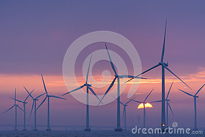 近海windfarm Lillgrund黎明,瑞典 编辑类库存图片