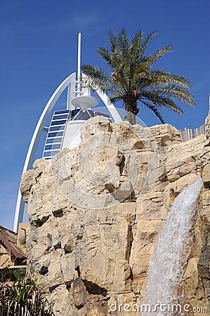 迪拜公园通配旱谷的瀑布