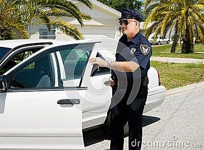 退出警察的汽车