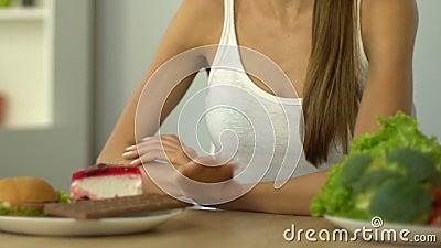 适合的女孩拒绝甜点,选择菜,有机食品,健康营养 股票录像