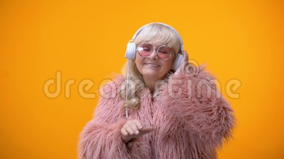 逗人喜爱的成套装备的假装滑稽的幼稚年迈的夫人是DJ、爱好和梦想 影视素材