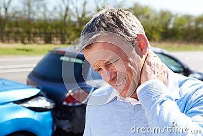 遭受鞭打的司机在交通碰撞以后