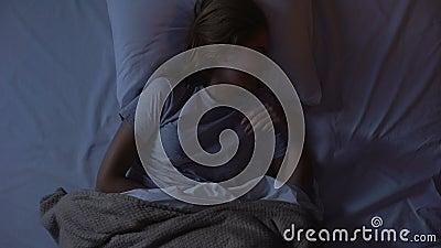 醒由于在她的胃的痉孪和采取止痛药,顶看法的妇女 股票视频