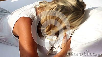 醒白肤金发的妇女和不要起来 影视素材