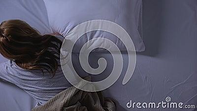 采取止痛药或镇静剂的妇女在睡觉前,psychical混乱 股票视频