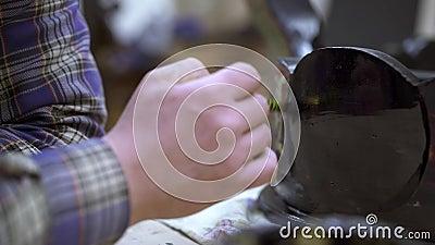 重漆有黑油漆的男性手接近的射击古色古香的碗柜 影视素材