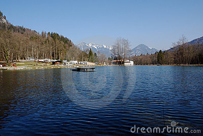 野营的湖山