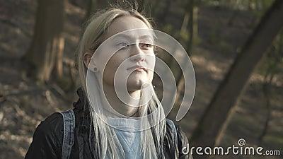 金发女孩脱下面罩微笑的特写 年轻美女享受的画像 影视素材