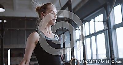 金发姑娘身体特写,跳绳锻炼,在大气的健身房慢动作中累得汗流浃背 影视素材