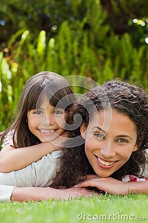 有她的女儿的可爱的母亲在庭院里 免版税库存图片 图片 ...