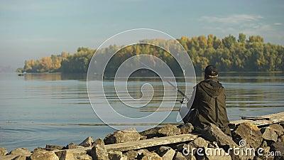 钓鱼在河岸,消遣活动,农村逃走的非职业渔夫 影视素材