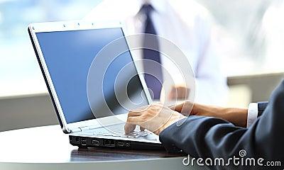 键入在一台现代膝上型计算机的人