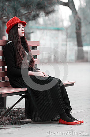 长凳的亚裔女孩