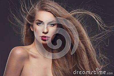 长女孩的头发图片