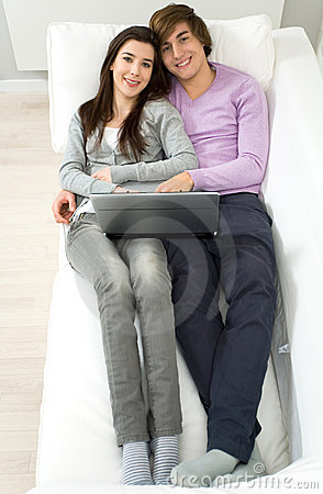 长沙发夫妇位于