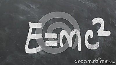 阿尔伯特・爱因斯坦` s在黑板的多数著名等式E=MC2 1080p 60fps 影视素材