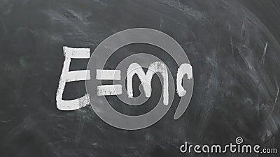 阿尔伯特・爱因斯坦` s在黑板的多数著名等式E=MC2 1080p 60fps 股票录像