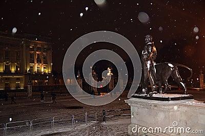 雪的中央伦敦2013年1月18日白金汉宫 编辑类库存照片
