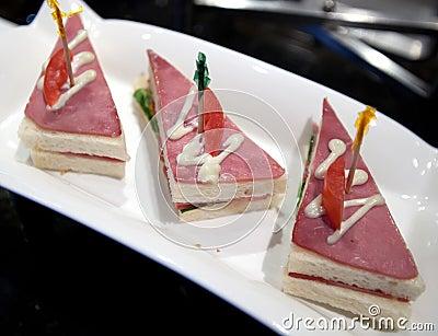 露面的三明治