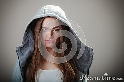青少年的女孩画象戴头巾运动衫的图片