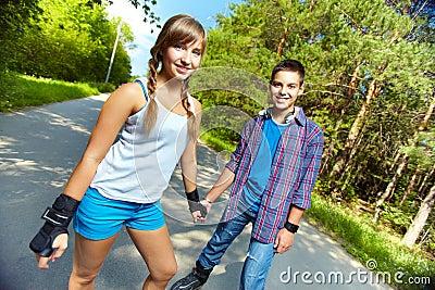 青少年的溜冰者