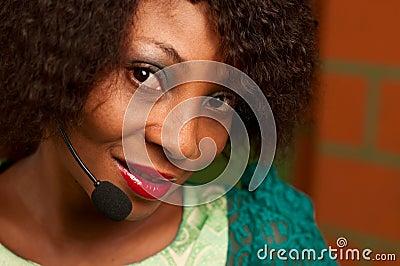 非裔美国人的女孩在电话中心