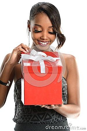 美国人���.��l_打开红色礼物盒的美丽的非裔美国人的妇女被隔绝在白色背景.